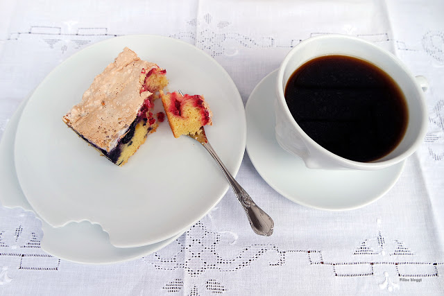Kaffeezeit mit zweierlei Beeren und Kuchen