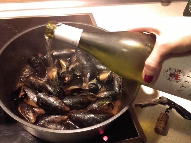 Nachdem ich mir also ein Gläschen gegönnt habe - schließlich muss die Qualität getestet werden - gebe ich zu den Miesmuscheln einen Schuss des Weißweines und lasse sie köcheln. Ein wenig Knoblauch, Petersilie und ein paar reife gestückelte Tomaten, mehr braucht es nicht. Ihr glaubt gar nicht wie gut das riecht! Ein wenig Baguette und ein Glas des herrlichen Weins und das Gericht ist perfekt!