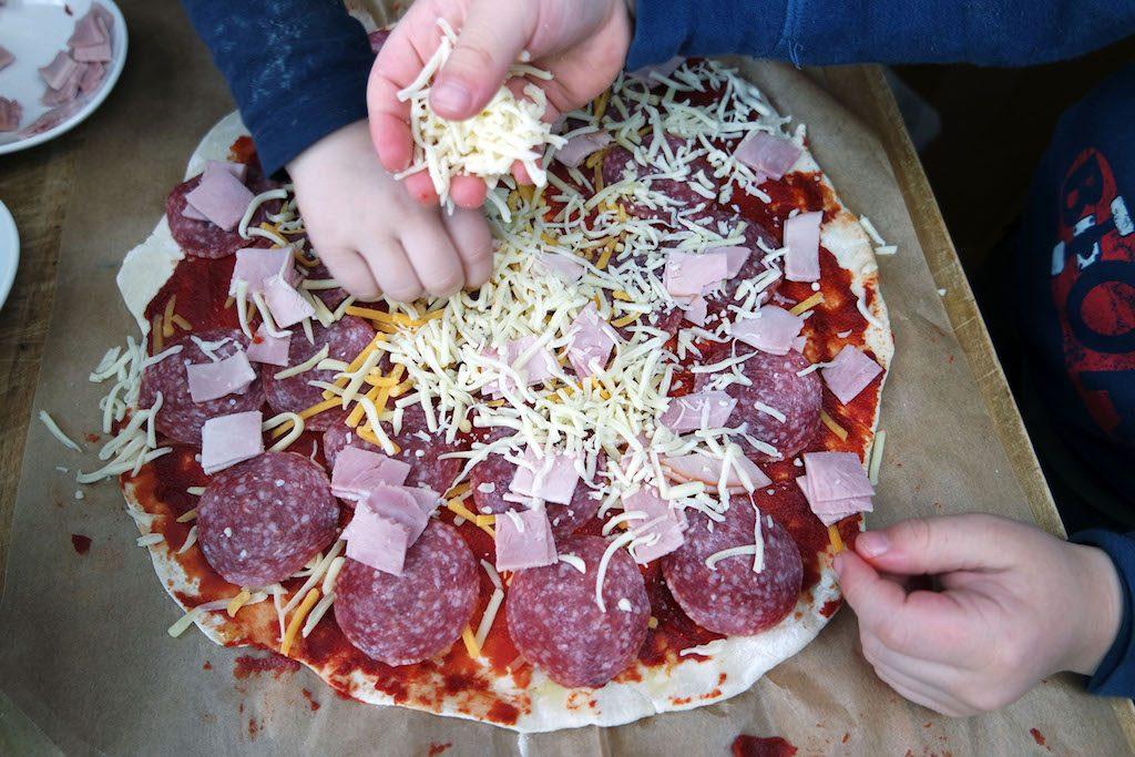 Pizza mit Kindern zubereiten