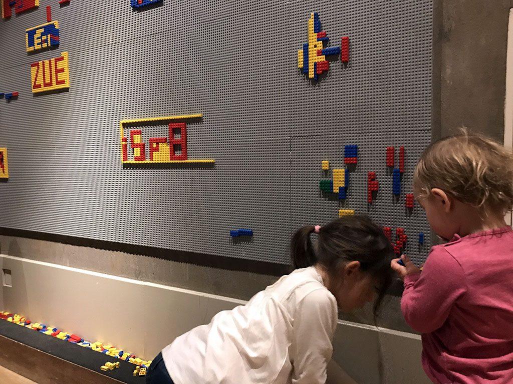 Spielecke mit Legosteinen