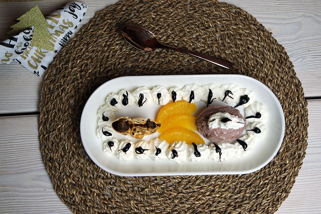 Schokoeis mit marinierten Orangenfilets auf Sahne