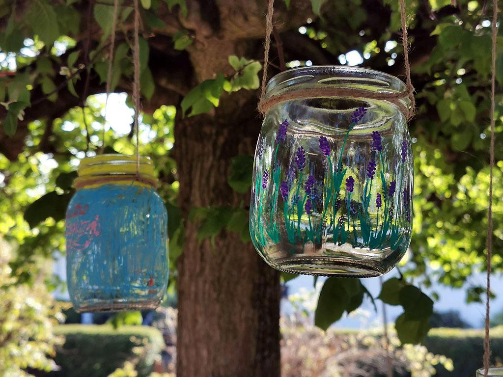 Windlichter aus Marmeladengläsern im Baum
