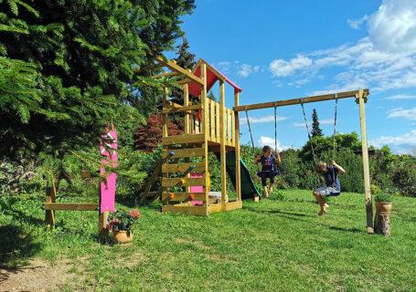 Spielen auf dem Klettergerüst im Garten