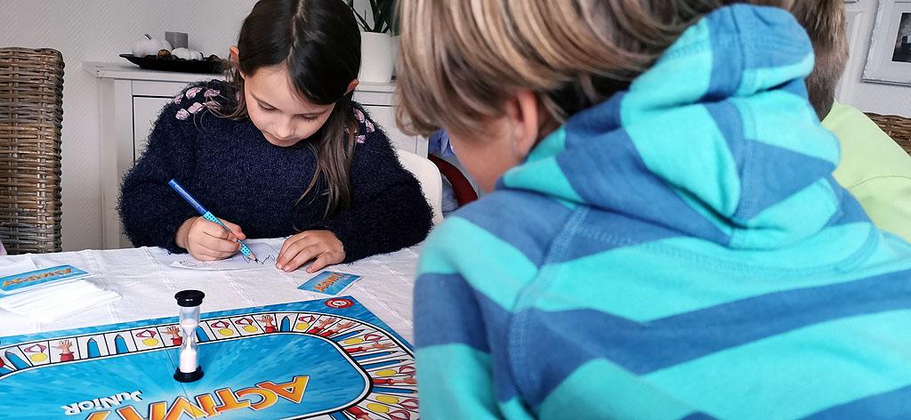Kinder beim Activity Junior Gesellschaftsspiel
