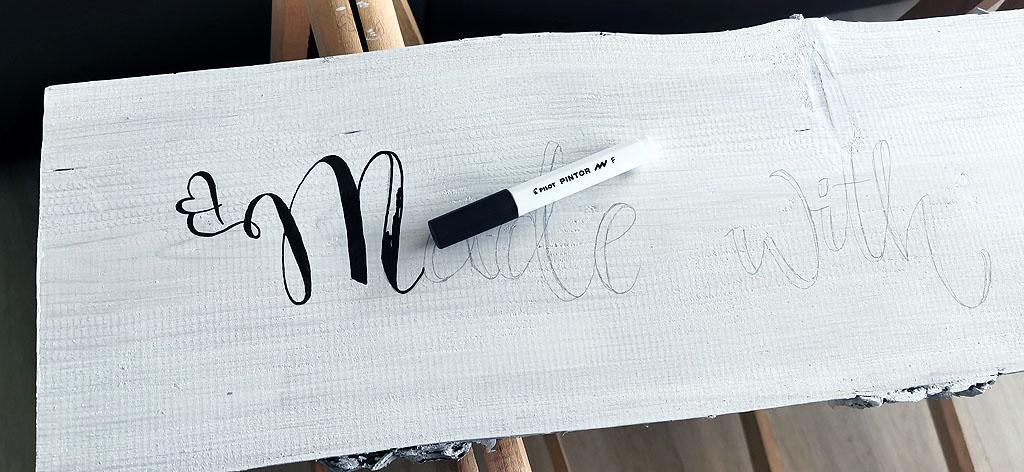 Handlettering Schriftzug auf Galerieboard