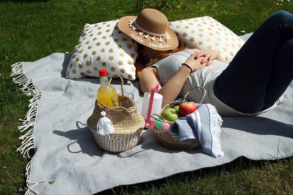 Sonnenbaden im Garten mit Picknick