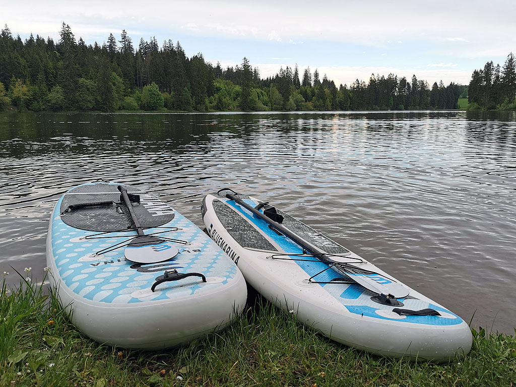 Zwei SUP Boards am See