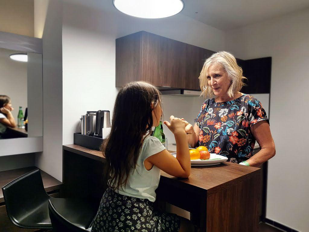 Essecke mit Küche im Zimmer