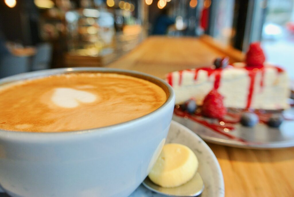 Cappuccino und Cheesecake im Backwood Café